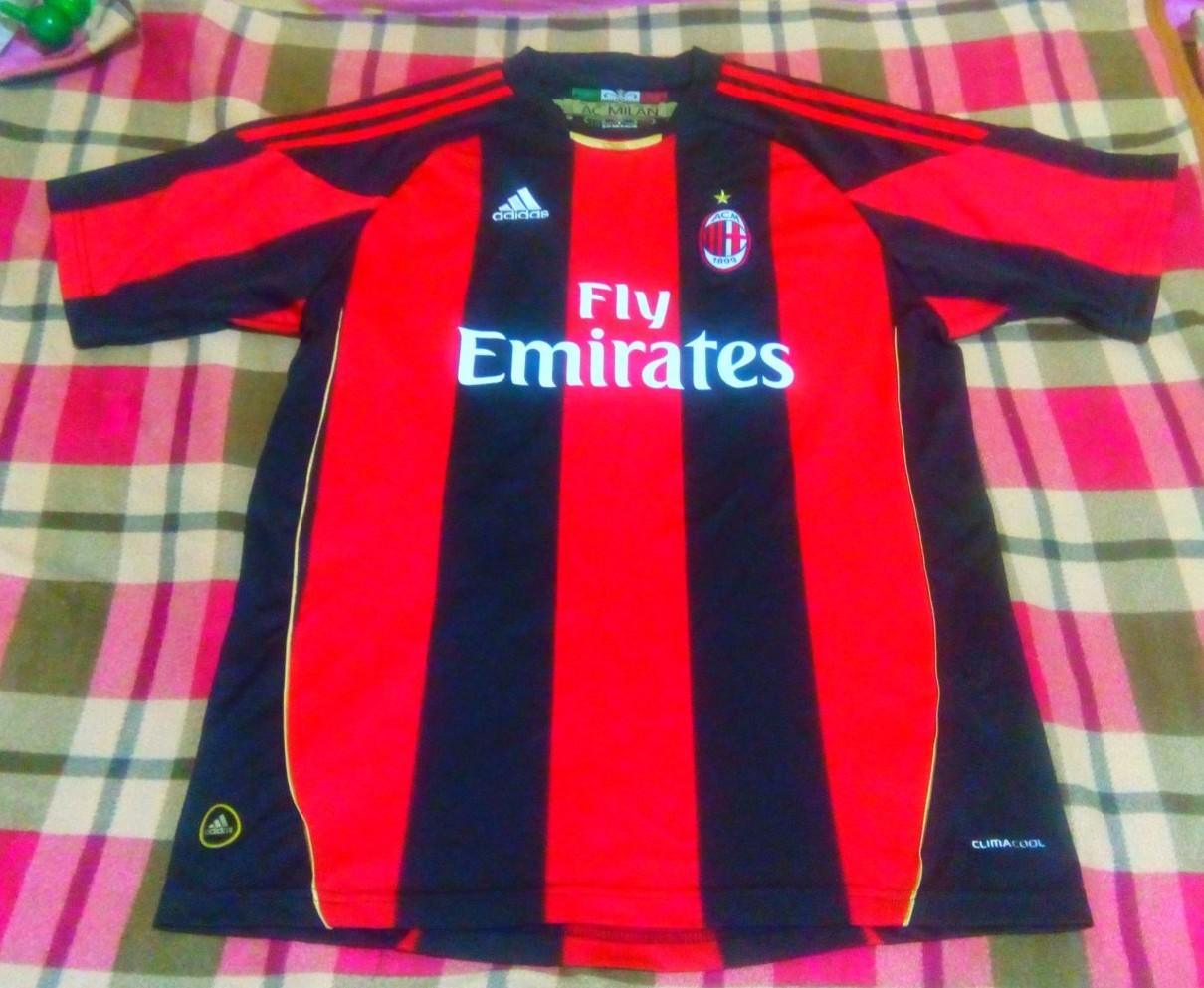 AC Milan Home maglia di calcio 2010 - 2011. Sponsored by Emirates