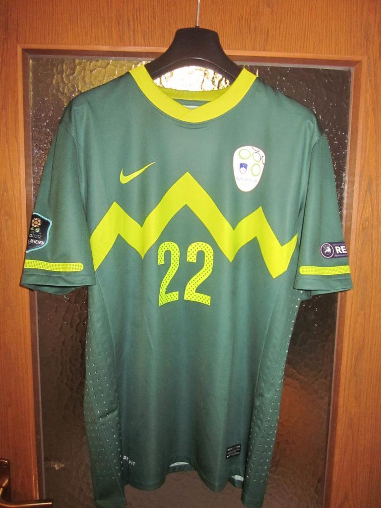[Imagen: slovenia-away-football-shirt-2010-2012-s_24709_1.jpg]